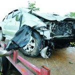 Una persona que viajaba en este auto salió lesionada tras accidentarse en la autopista a Comalapa. Foto EDH / Jaime Anaya