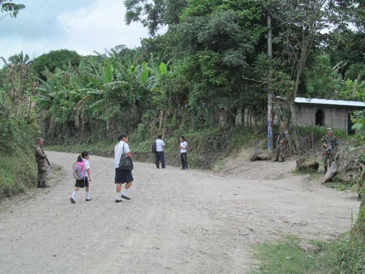 Un grupo de soldados fue visto en el cantón El Paraíso el viernes 20 de septiembre anterior, estacionado en un tramo de la calle. Fue lo único en cuanto a labores de seguridad que un equipo de este periódico observó en el sector en tres días. Foto ED