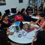 Todos los sábados estas jovencitas acuden a la universidad para aprender sobre ciencia e ingeniería. Foto EDH /Omar Carbonero
