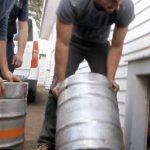 Video: Le cambian cerveza por agua en tuberías de casa