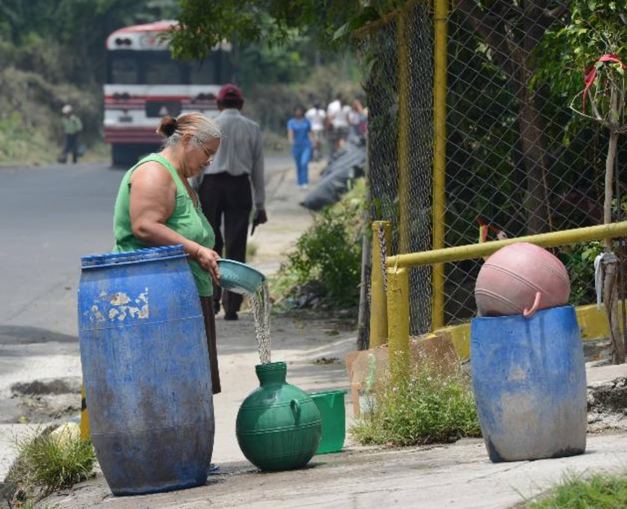 Habitantes de Soyapango buscaron diversas maneras para abastecerse. fotos edh / d. urquilla