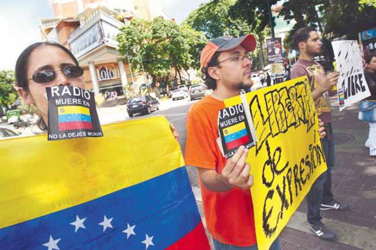 Un grupo de venezolanos protestan en rechazo al cierre de medios de comunicación. foto edh