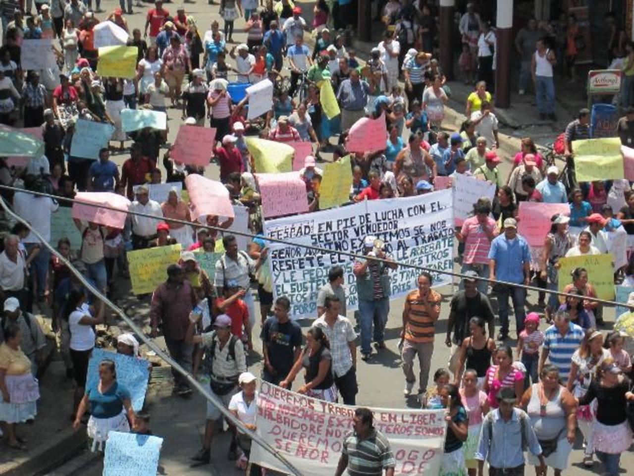 Los vendedores exigieron al alcalde permitir el comercio en las calles. Foto EDH / milton jaco