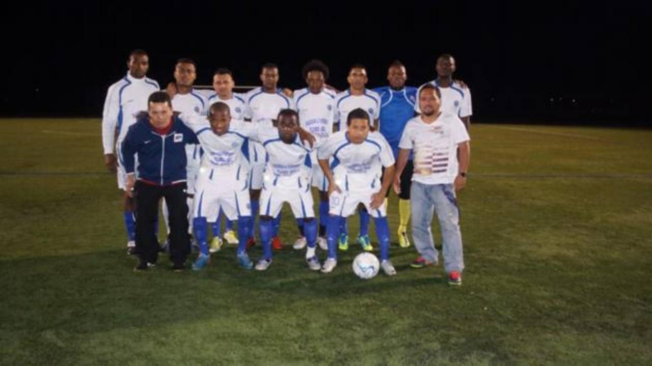 Arriba, tercero desde la izquierda, el zaguero salvadoreño Álex Escobar aparece con el equipo Deli El Salvador, de la Liga de Brentwood. Fotos EDH / Cortesía Enfoque Latino
