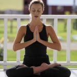 El yoga es de origen hindú, y consiste en una disciplina física y mental que permite la meditación. Foto edh