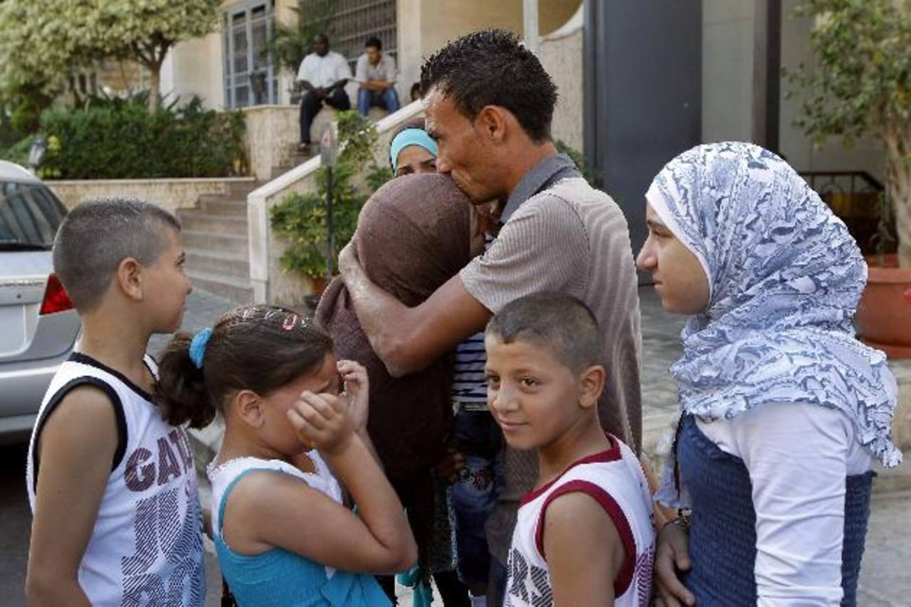 Un hombre sirio se despide de su familia antes de partir rumbo a Alemania. Ese el drama que viven muchos a causa de la guerra civil en el país árabe desde hace dos años. foto edh /EFE