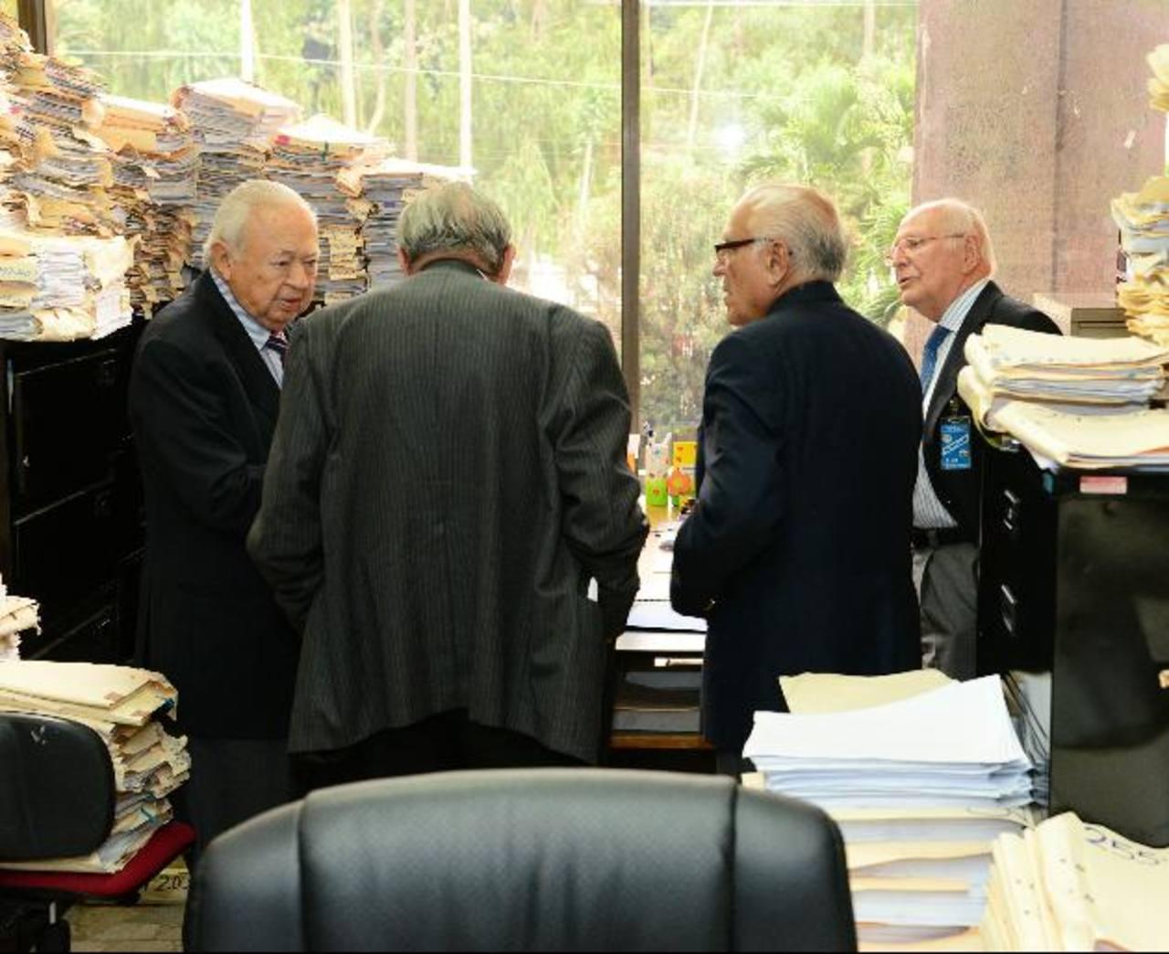 Cuatro bogados presentaron un escrito, ayer en la secretaría de la Sala de lo Contencioso. Foto EDH / René Estrada.