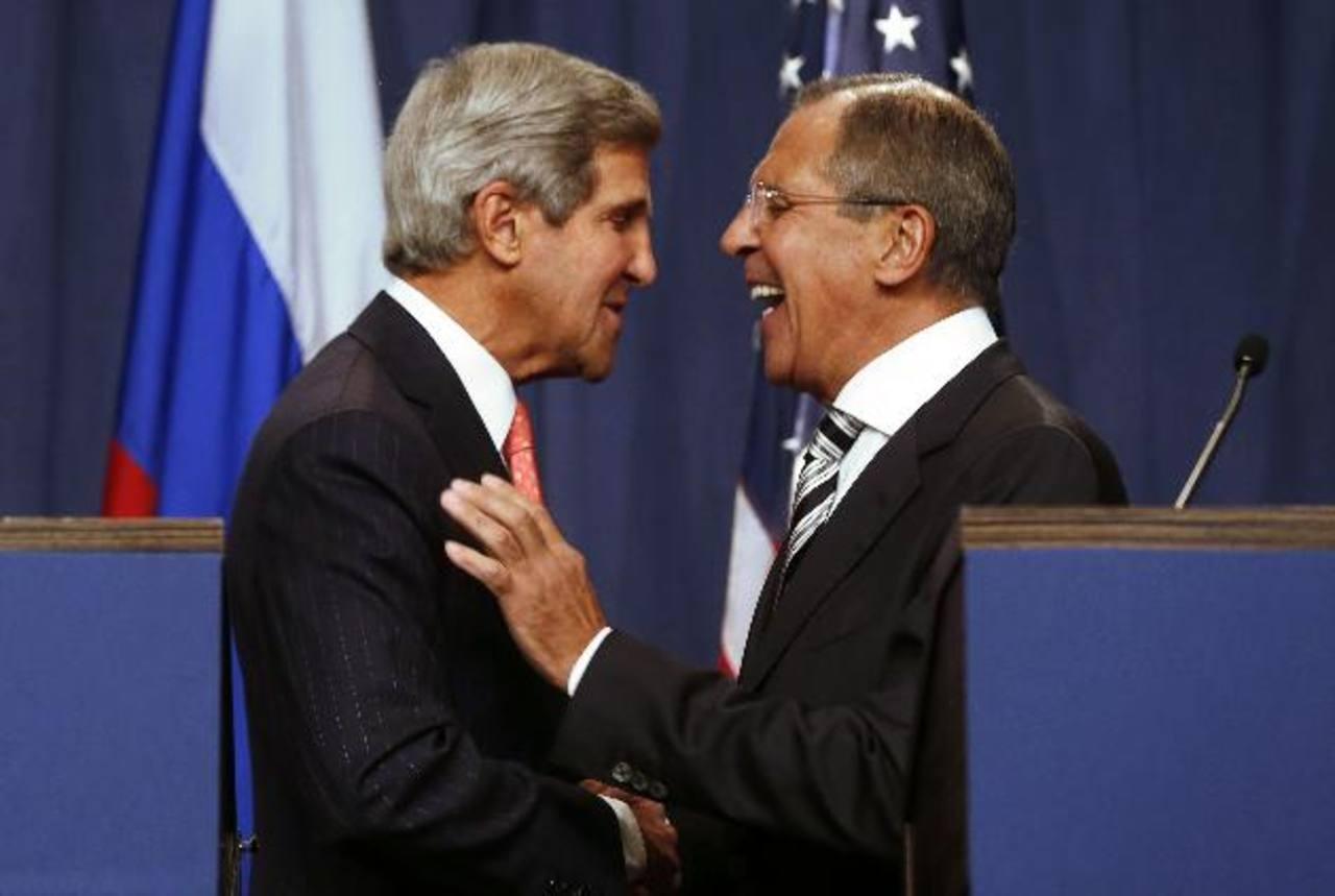 John Kerry y Serguei Lavrov se saludan luego de anunciar el acuerdo en una rueda de prensa en Ginebra. fotos edh / Reuters