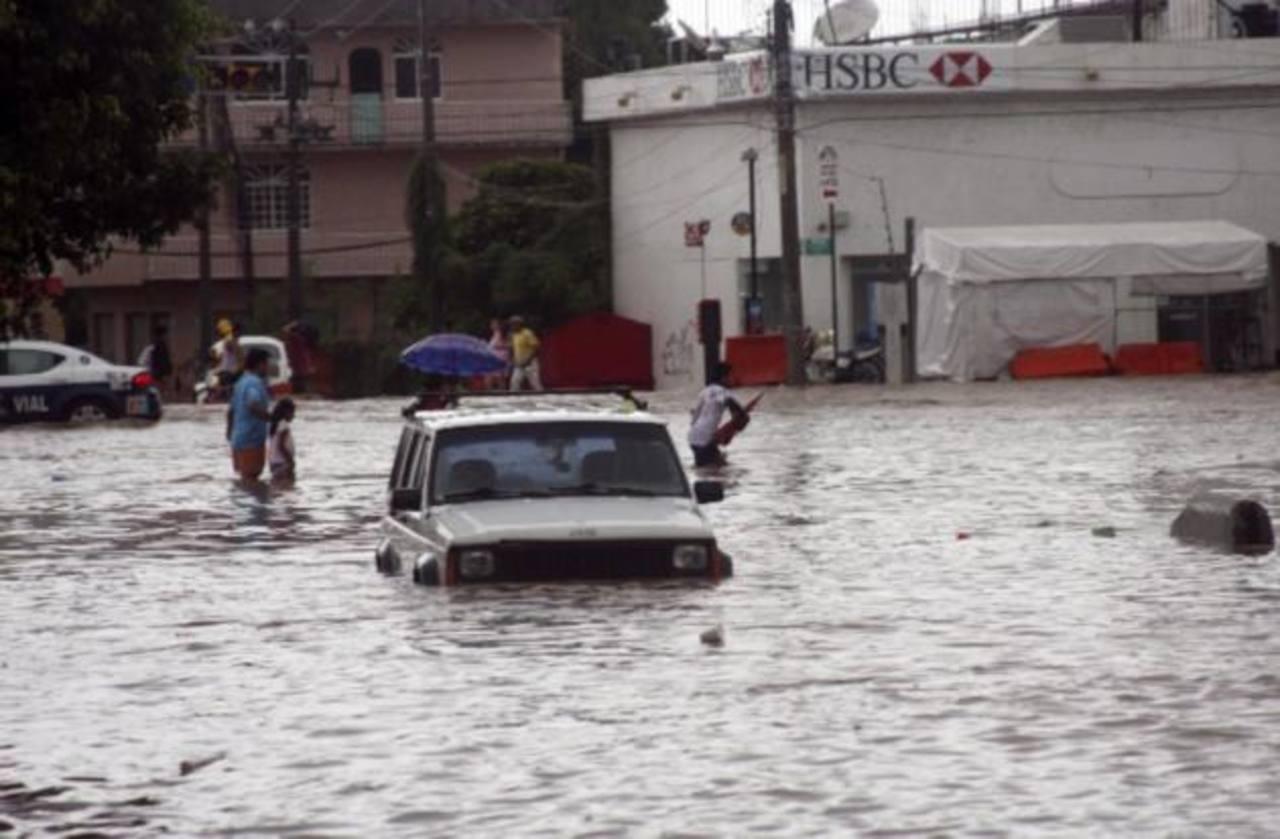 Tormentas dejan 33 muertos; Acapulco incomunicado
