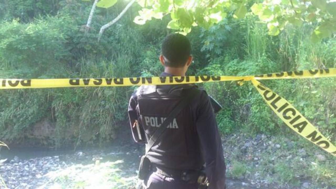 Un hombre fue asesinado en la quebrada El Garrobo, en la comunidad Nicaragua, en San Salvador. FOTO EDH Ericka Chávez.