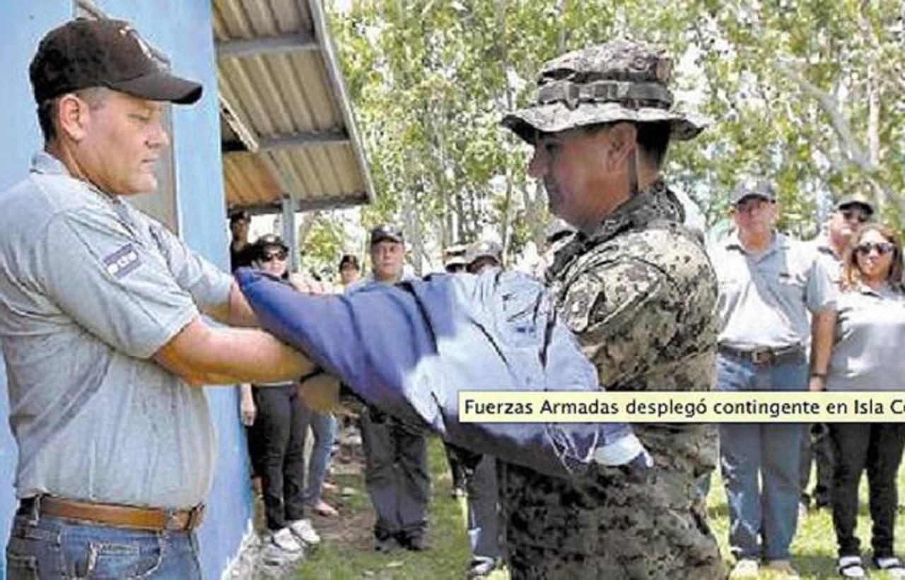 El viceministro de defensa hondureño, Juan Carlos Funes, entrega el pabellón. Foto edh /bajada de internet elheraldo.hn