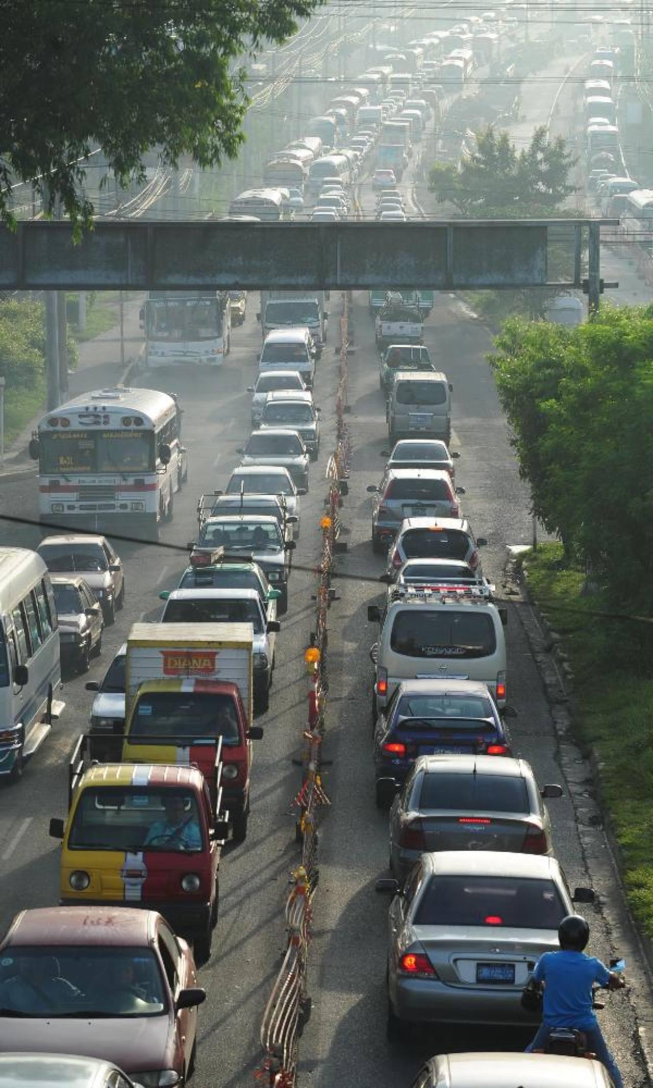 El tráfico transcurrió lento en horas pico para poder llegar a la capital. Fotos EDH / Lissette Lemus