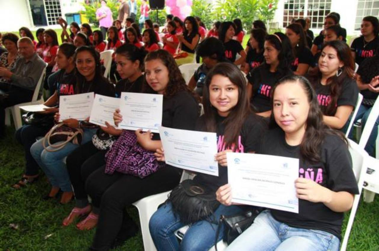 Las beneficiadas recibieron su diploma de participación en los talleres. Foto EDH / cortesía