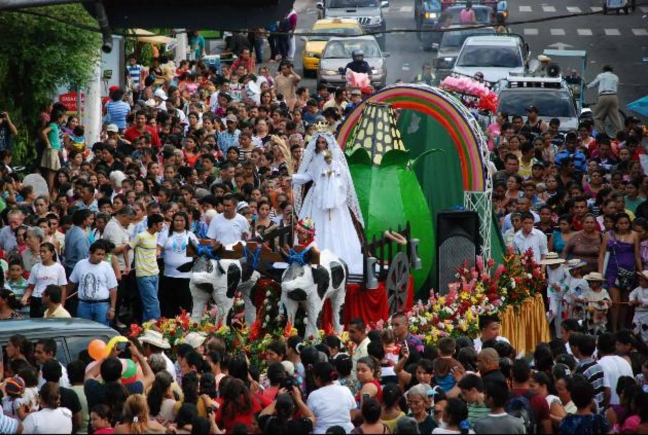 A la peregrinación asisten miles de migueleños, quienes agradecen los milagros de la Virgen. Foto edh / lucinda quintanilla