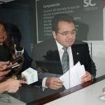 Jorge Daboub, presidente de la ANEP, presentó ayer en la Superintendencia de Competencia un documento en el que solicita la clausura de los contratos efectuados por Alba Petróleos en la compra de las estaciones de servicio. foto edh / cortesia