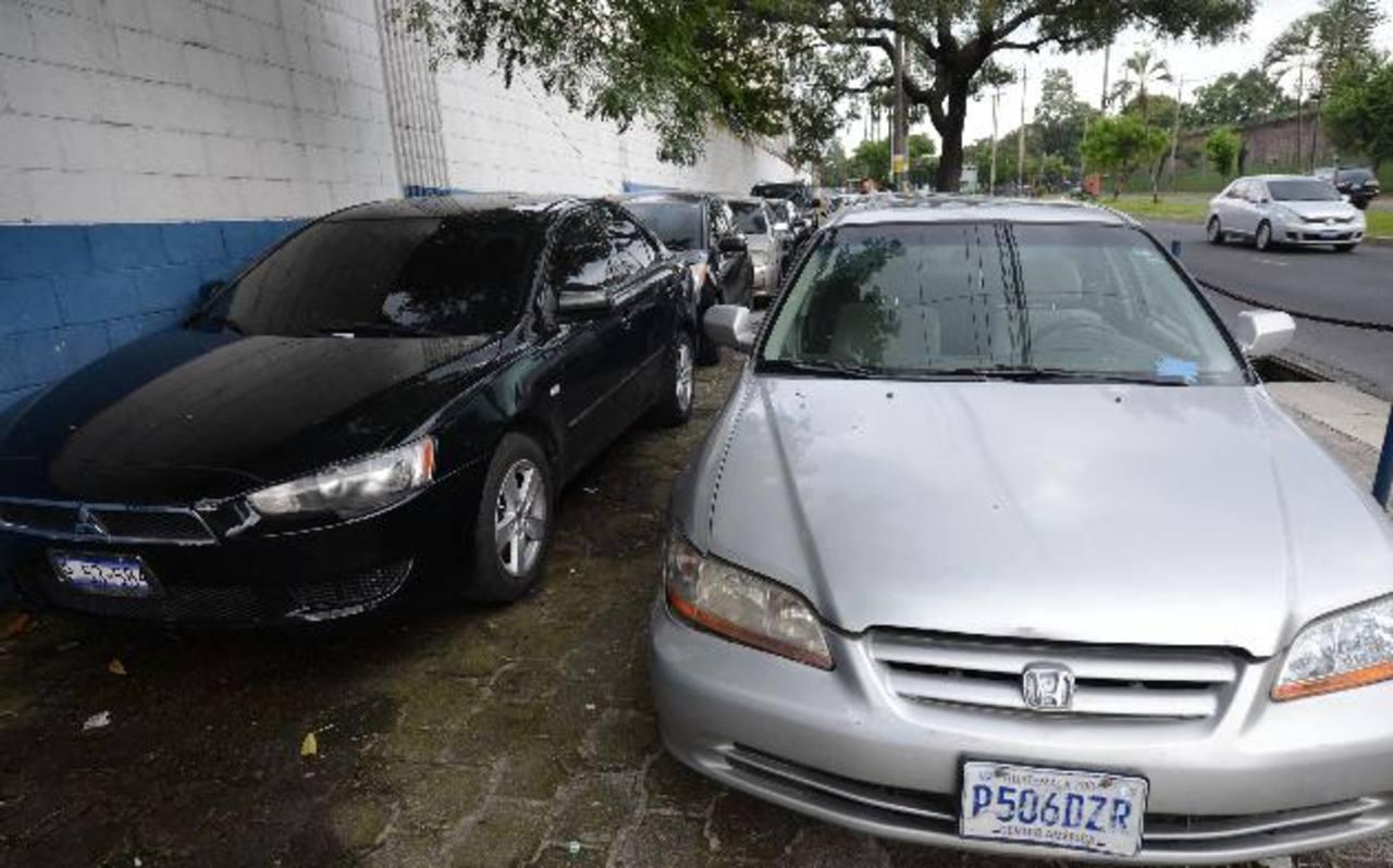 Los autos recuperados la semana pasada, cuyos compradores fueron estafados. Foto EDH / Archivo.