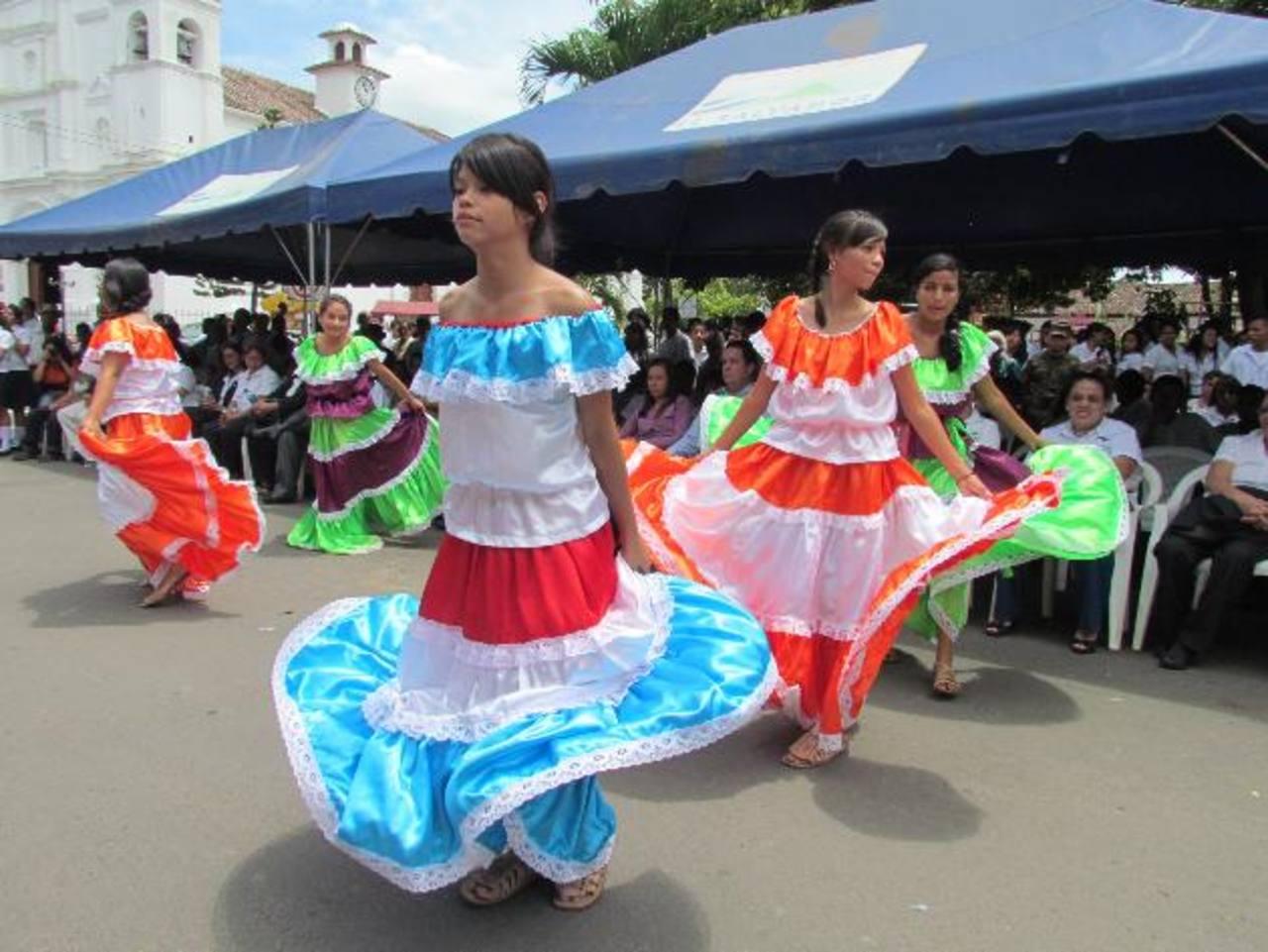 Los bailes folclóricos como Las Cortadoras y El Torito Pinto, además de El Carbonero y Chalchuapa, fueron parte de las presentaciones cívicas. Foto EDH / Mauricio Guevara