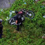 Un hombre fue hallado bajo el puente Majucla, Apopa, muerto con arma blanca, y junto a él una moto. Foto EDH / Jaime Anaya