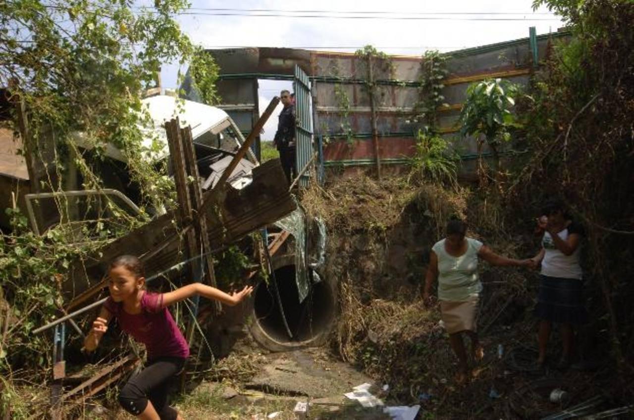 El camión impactó en una canaleta tras haber atropellado a la señora en Ilopango. Foto EDH / Leonardo González