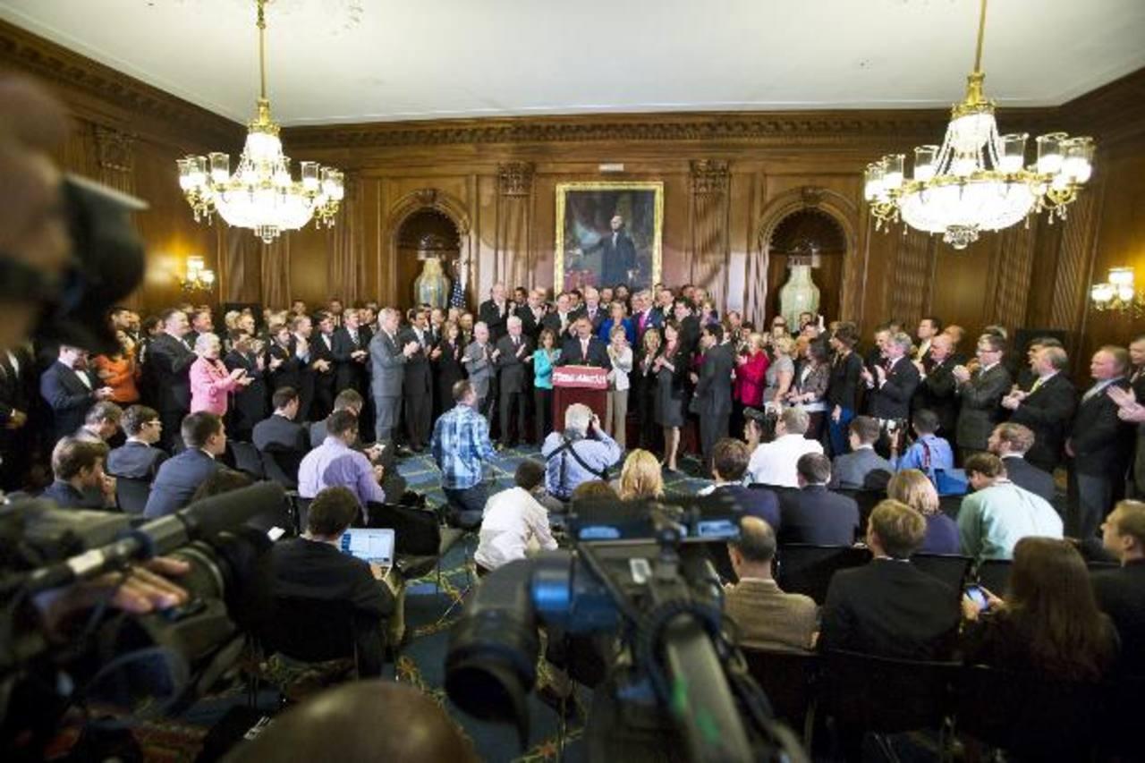John Boehner (c) se pronunció ayer en el Capitolio, Washington, luego de la aprobación de la medida que priva de fondos la reforma sanitaria impulsada por Barack Obama. foto edh /EFE