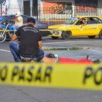 Un investigador policial recolecta evidencias en el lugar donde, la tarde de ayer, fue asesinado a balazos Lázaro Cruz Ventura, de 27 años, en la Ruta Militar, en San Miguel. Foto EDH / César Avilés