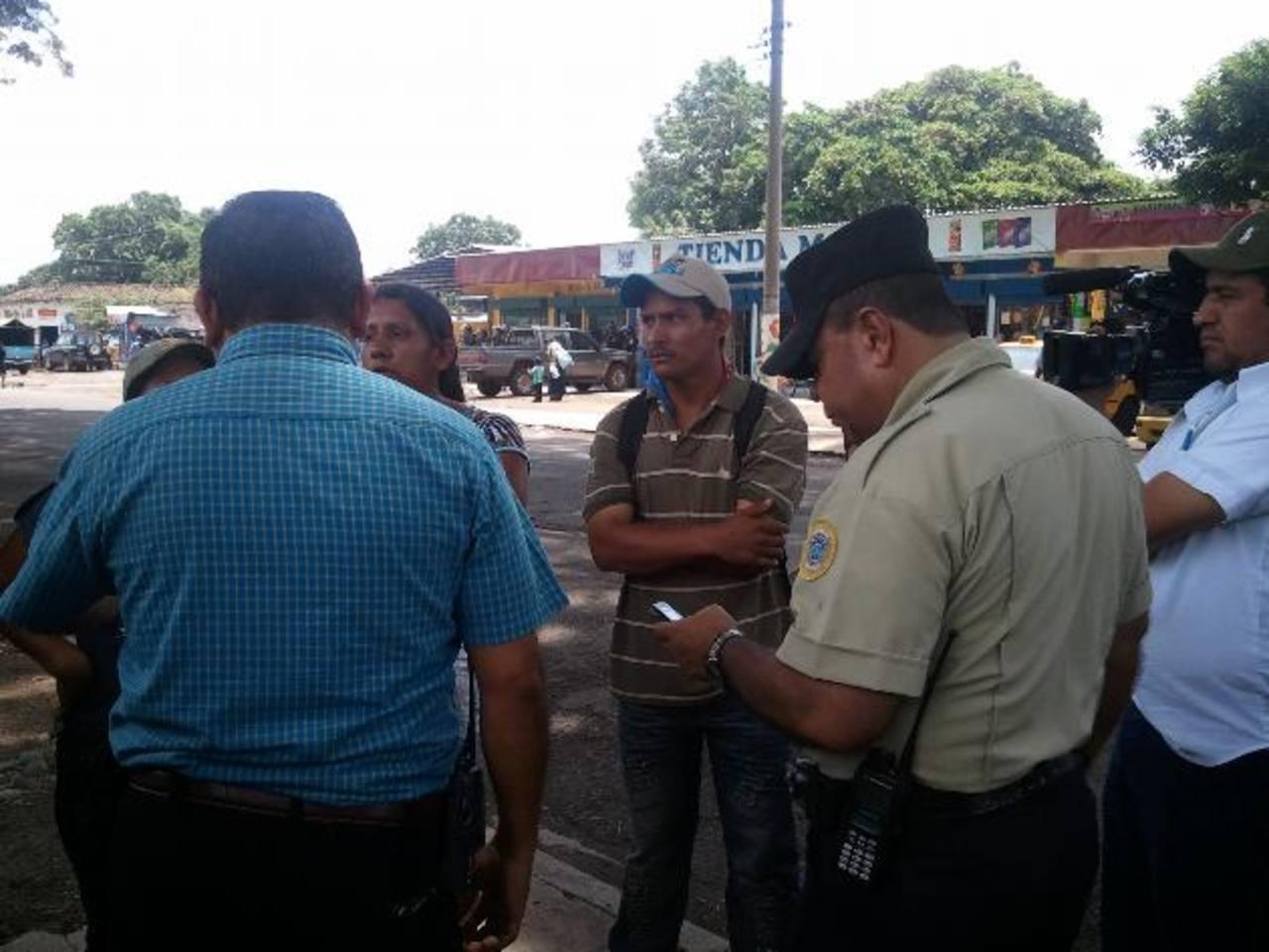 Los vendedores se resisten a ocupar los locales formales porque aseguran que en estos no venden. Foto EDH / Archivo