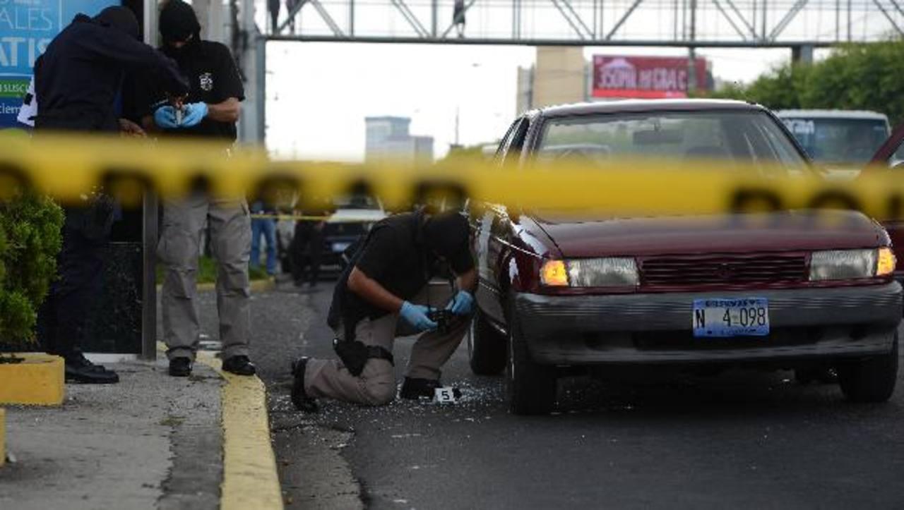 Auto en el que fue asesinado Róger Díaz Alarcón, asesor del Ministerio de Hacienda y consultor de la Agencia Alemana para la Cooperación Internacional. Foto EDH / Jaime Anaya