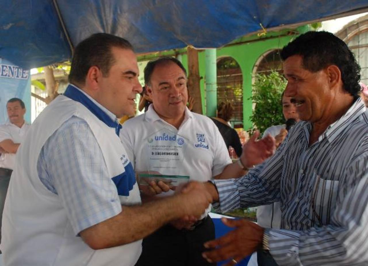 En su visita a Santa Ana, Tony Saca fue acompañado por el diputado del PCN, Francisco Merino (centro). foto edh/iris lima