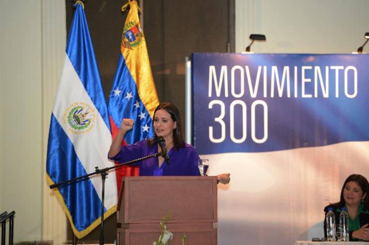 María Corinna Machado en el foro organizado por el Movimiento 300 donde advirtió a no seguir regímenes como el chavismo. fotos EDH / Douglas Urquilla