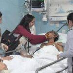 Familiares del uruguayo localizado en la cordillera de los Andes llegaron al hospital en Argentina, donde Raúl Gómez se recupera. Foto/ AP