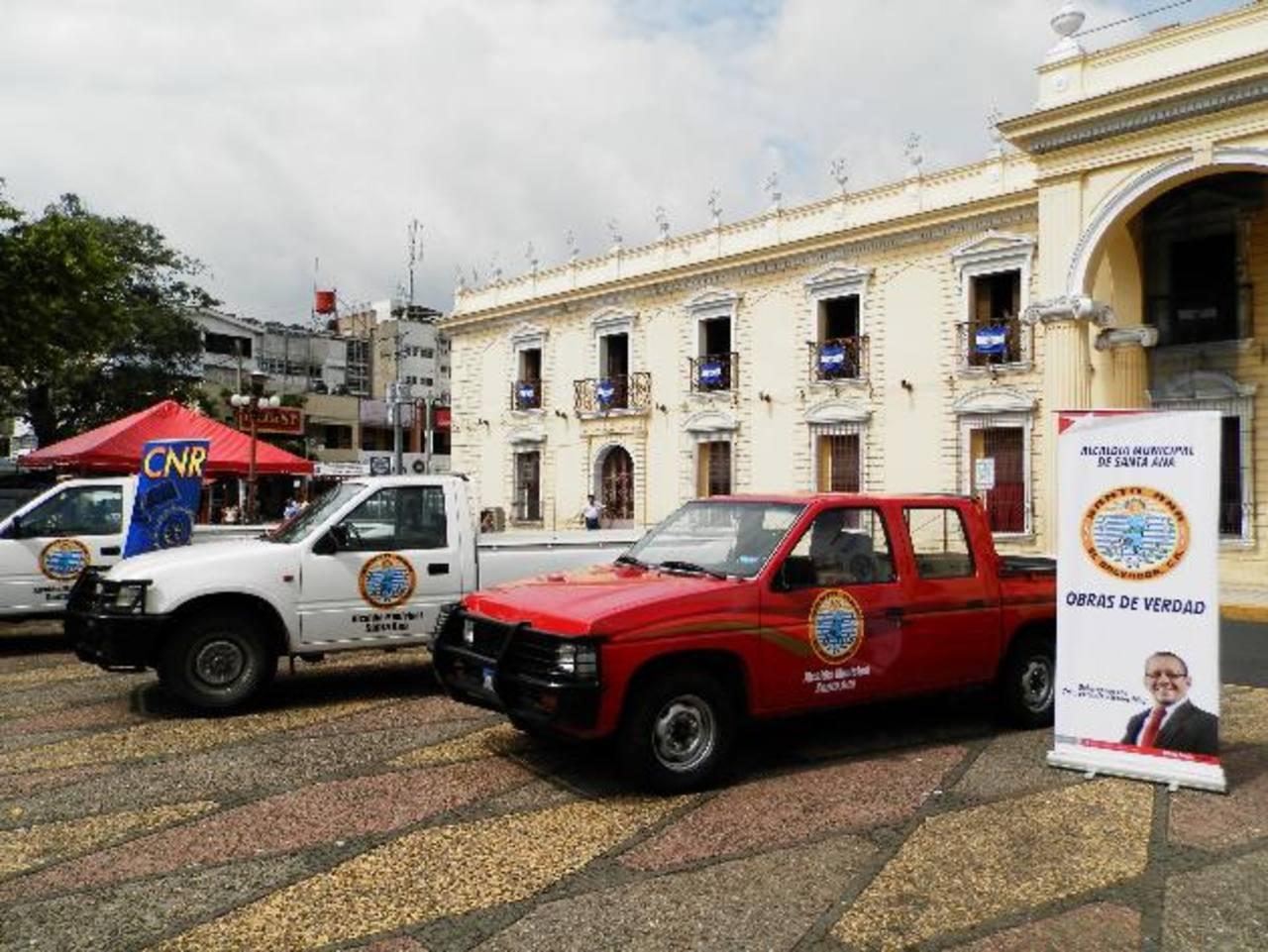 El CNR otorgó a la municipalidad santaneca cuatro vehículos, en el marco de un convenio. Foto EDH / Milton Jaco
