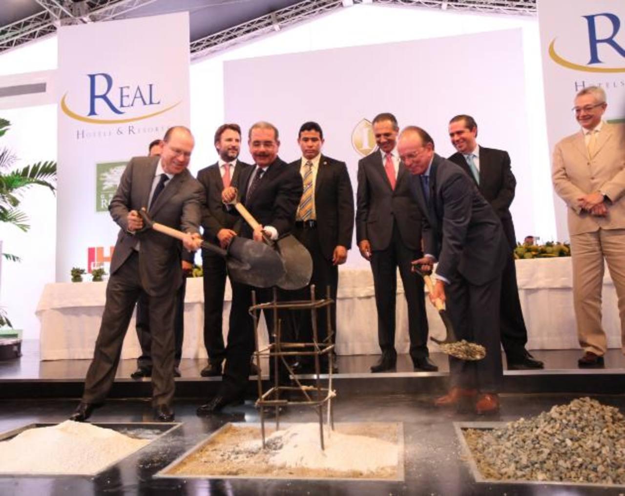 El presidente dominicano, Danilo Medina, acompaña a Ricardo y Fernando Poma a colocar la primera piedra. Foto EDH / cortesía El momento elegido para la visita de Leon Panetta (izquierda) no podríadión, dijo Barak (derecha). Foto EDH / archivo El hote