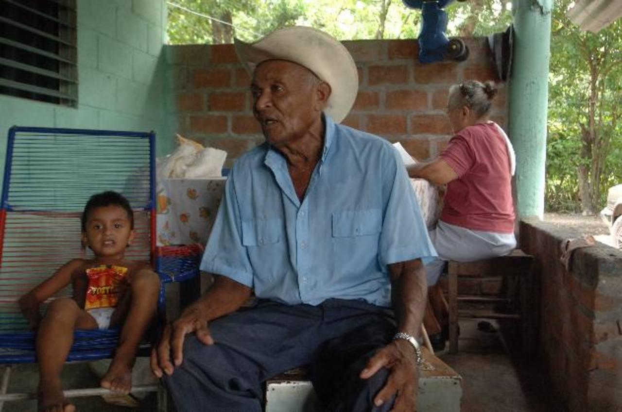Gilberto Bustillo, de 83 años, debió recibir su primera diálisis en julio. Por consejo de su familia, ha postergado el tratamiento. Foto EDH / Leonardo González