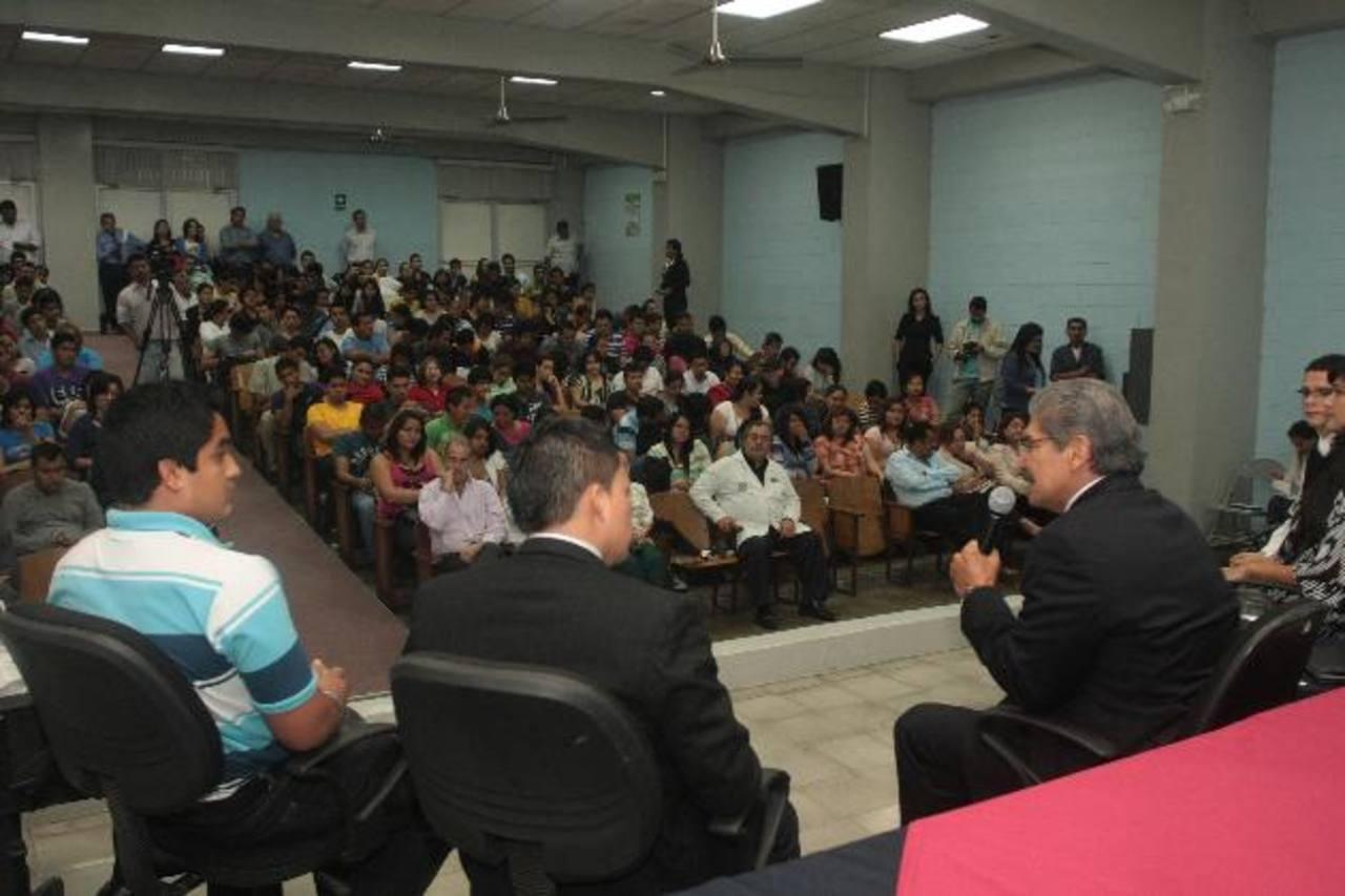 Alrededor de unos 300 alumnos y algunos docentes de la USAM escucharon ayer los planteamientos del candidato presidencial por ARENA, Norman Quijano. foto edh / cortesía