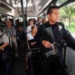 Policías viajan en un bus como parte del plan Bus que no dio los resultados esperados. Foto EDH