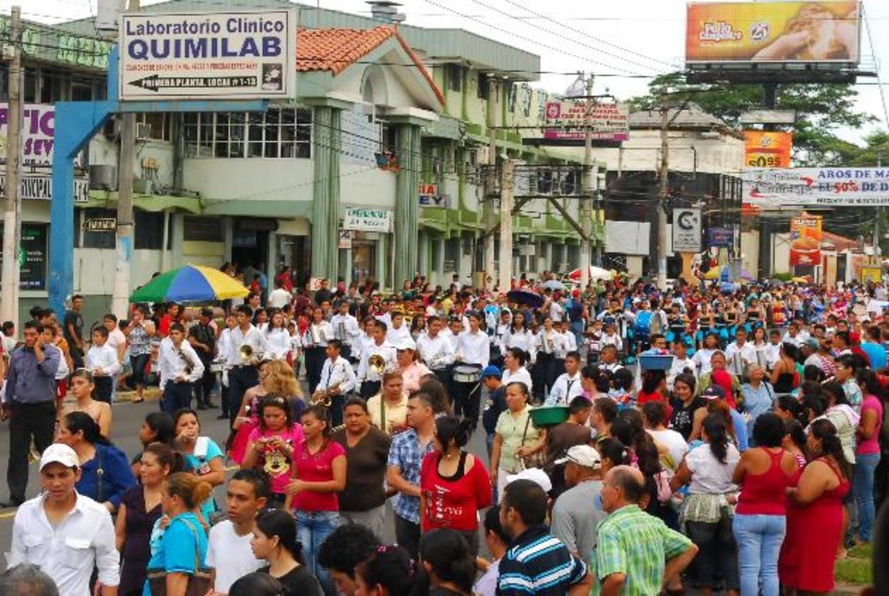 El desfile de San Miguel saldrá en horas diferentes para evitar que los escalones choquen entre sí. Foto EDH / archivo