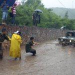 soldados trabajan en recuperar un vehículo en una zona inundada por la Tormenta Tropical Manuel en la ciudad de Chilpancingo, México. Foto/ AP