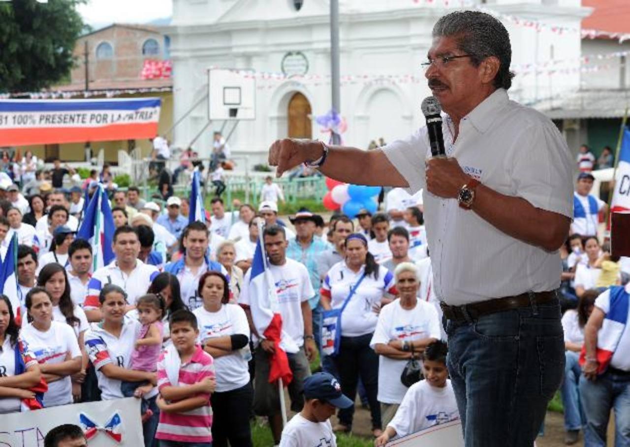 Bases del partido ARENA en Citalá, Chalatenango ponen atención al discurso de Norman Quijano. Foto EDH / Marlon hernández