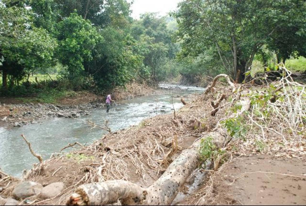 El edil asegura que por la época lluviosa es difícil meter maquinaria para poder reparar el puente. foto edh /lucinda quintanilla