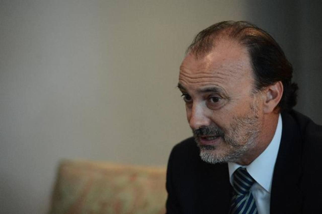 El funcionario español destaca los avances democráticos en el país tras los acuerdos de paz.