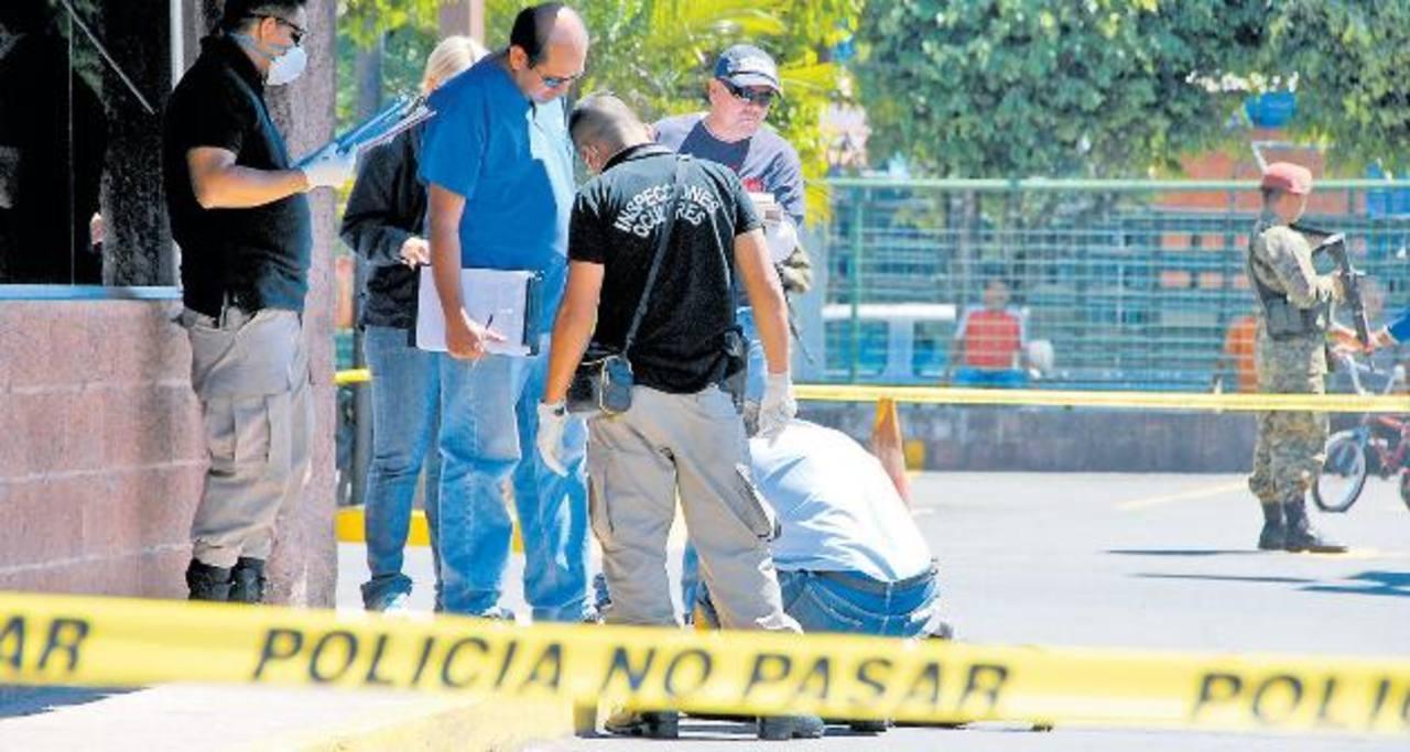 Lugar donde el pasado 17 de febrero fue acribillado el mayor del Ejército Edgardo Carrillo Arias, en el parqueo de un supermercado en San Bartolo. La Policía capturó a dos sospechosos, pero la semana pasada exculparon a uno de ellos. Foto EDH / Archi