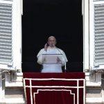 El Papa durante la oración ante la Plaza de San Pedro. Foto Reuters