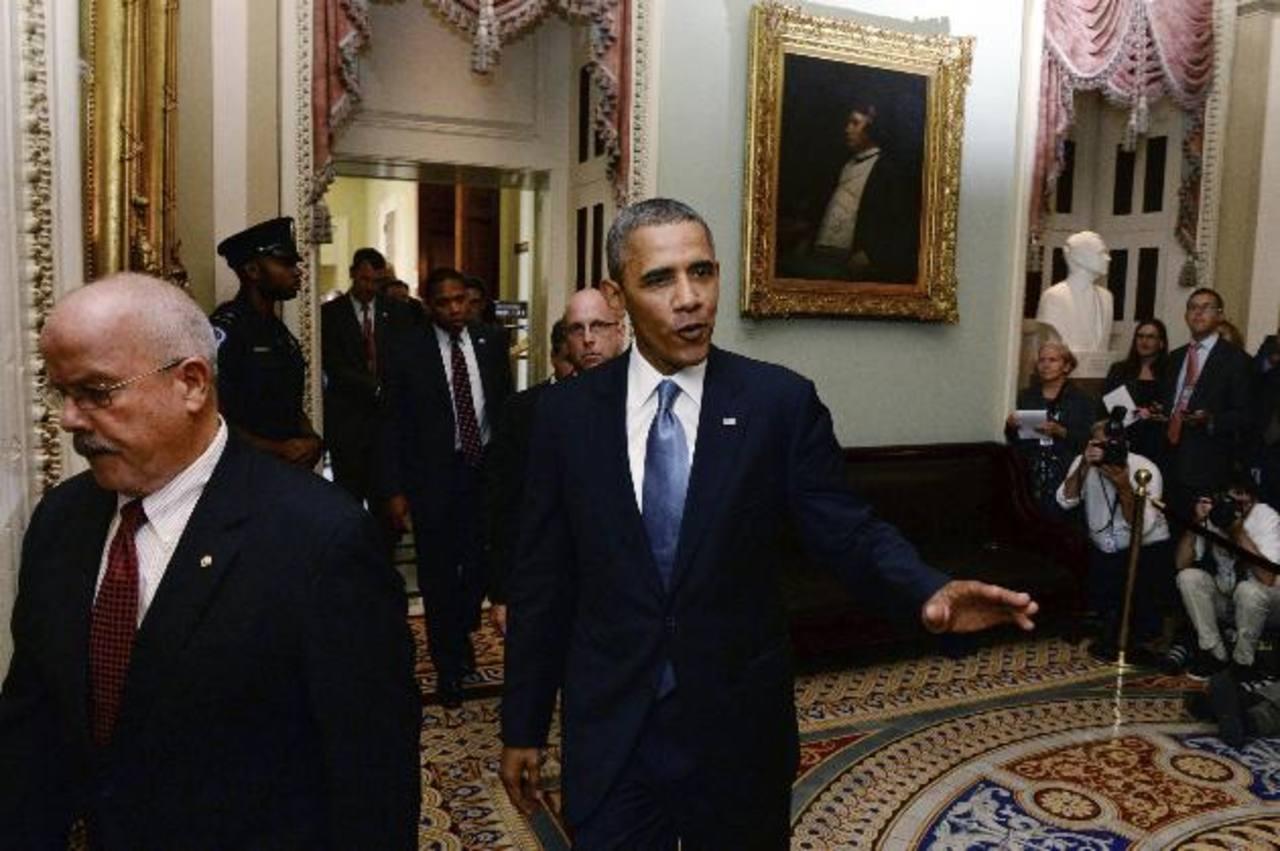 El presidente de EE. UU., Barack Obama (c), sale de una reunión con el Senado, en el Capitolio, Washington. Foto EDH / efe