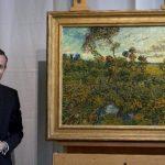 """Axel Rueger durante la develación de la obra del impresionista. Un estudio radiográfico mostró que el lienzo es de la época de """"Las piedras""""."""