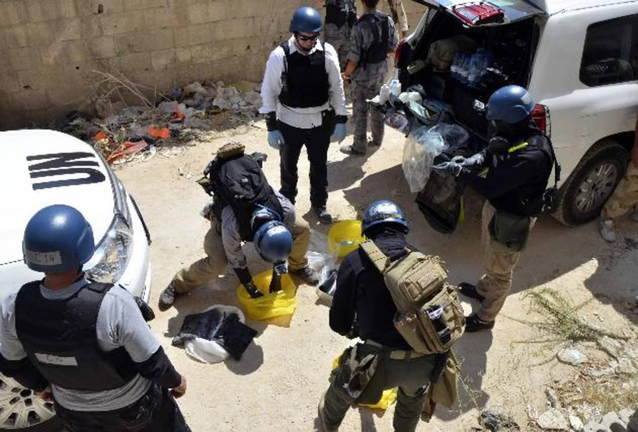 Inspectores de armas de la ONU recogen muestras durante sus investigaciones en Zamalka, este de Damasco. foto edh /reuters