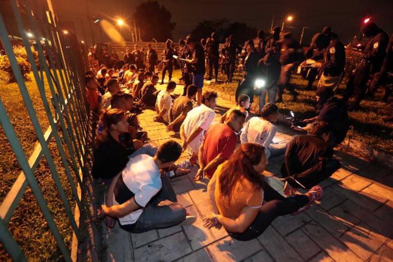 Más de 90 personas detenidas la madrugada de ayer bajo cargos de extorsión. Foto EDH / FGR