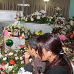 Familiares participan ayer en la mañana en el velorio de Lorena Michelle, en Atiquizaya. Foto EDH / Roberto Díaz Zambrano