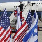 El secretario de Estado norteamericano John Kerry (arriba) baja hacia el enviado especial de Estados Unidos para las negociaciones de Israel con los palestinos Martin Indyk. Foto/ AP