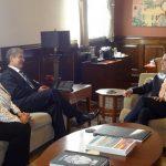 Margarita Escobar y Norman Quijano conversan con el edil angelino. fotos edh / cortesíaEl edil de Los Ángeles entregó un presente al aspirante arenero, durante su visita de ayer.