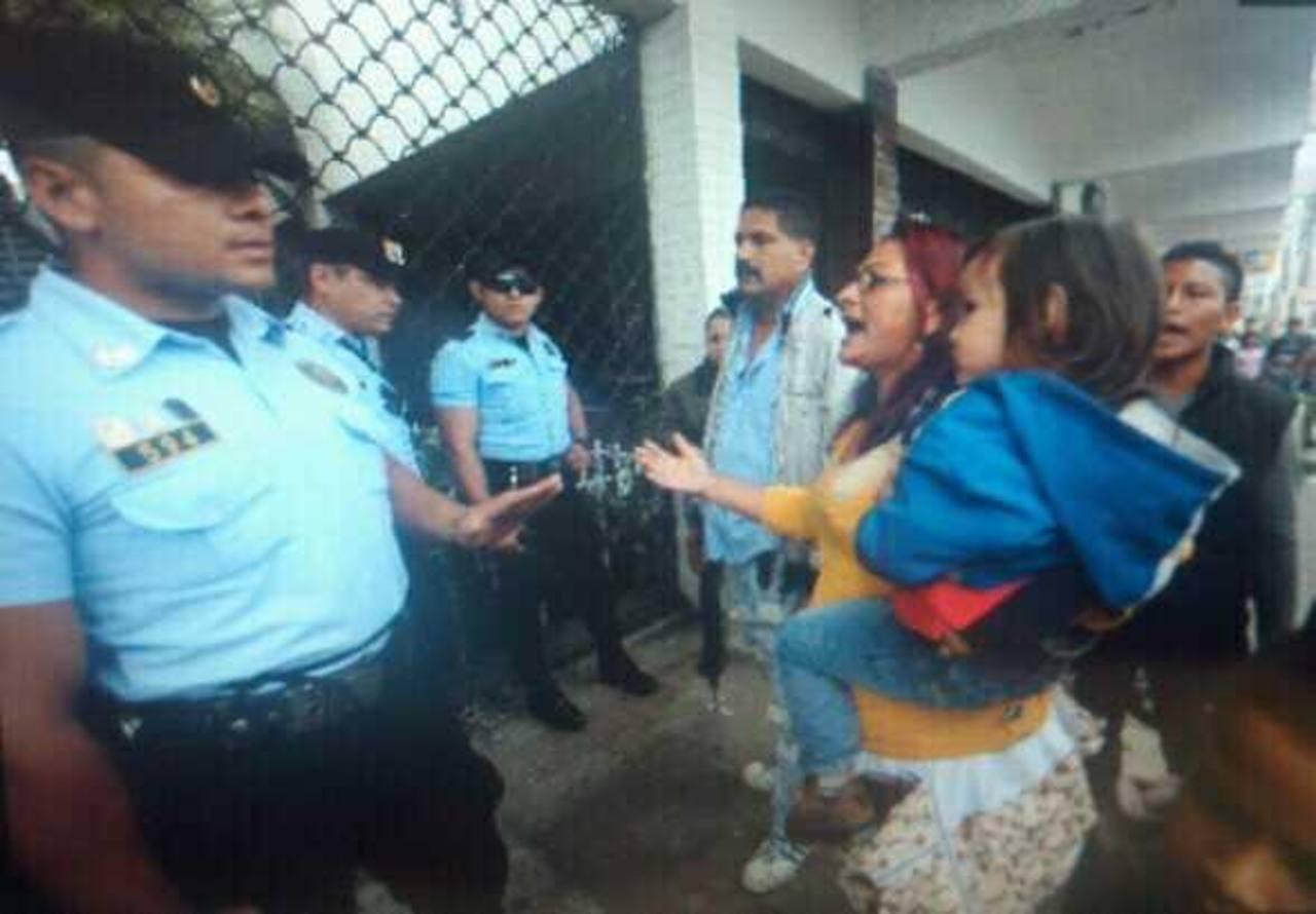 Los vendedores de la calle Arce bloquean dicha arteria. Piden que los reinstalen en sus puestos. Han quemado llantas. FOTO EDH Marlon Hernández.